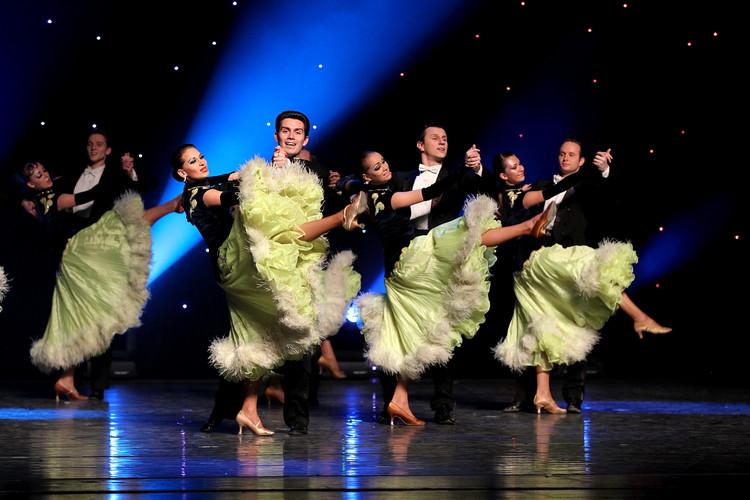 德国舞蹈队带领大家一起跳德国风情的华尔兹舞蹈图片